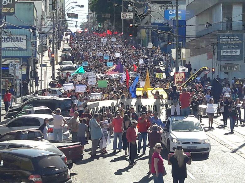 """Desde o """"Levante pelo Futuro do Brasil"""" até o """"Lula Livre""""; protesto reúne milhares de pessoas em São Carlos - Crédito: Maycon Maximino"""