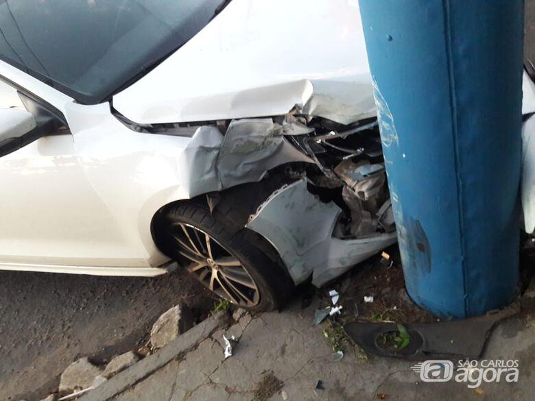 Motorista passa mal e bate em poste na Vila Nery - Crédito: São Carlos Agora