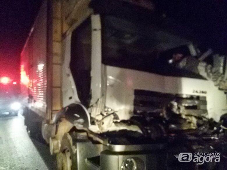Duas pessoas ficam presas às ferragens após colisão entre caminhões - Crédito: Luciano Lopes