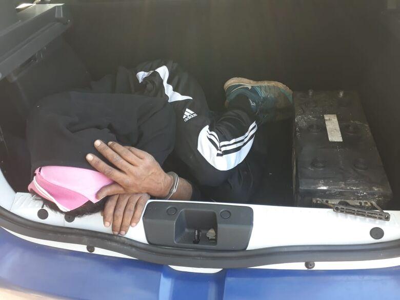 Homem é flagrado carregando objetos de origem suspeita próximo ao CDHU - Crédito: Marco Lúcio