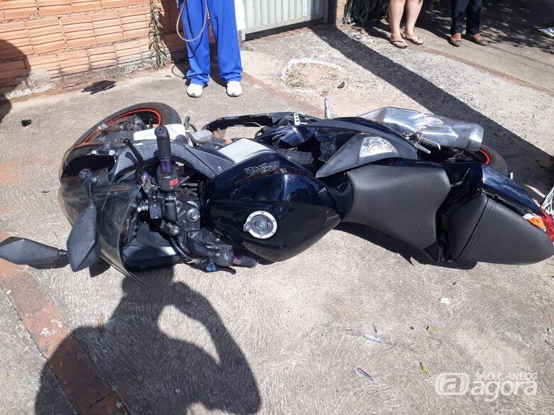 Motociclista é arremessado sobre carro após colisão no Cidade Aracy 2 - Crédito: Marco Lúcio