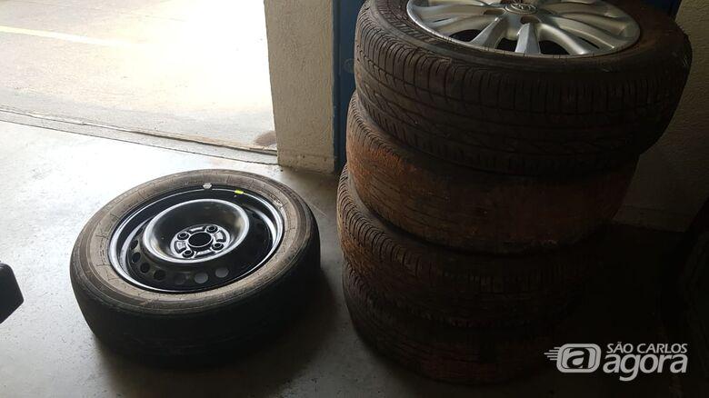 Rodas de carro levadas em assalto a comerciantes são encontradas em bar no Antenor Garcia -
