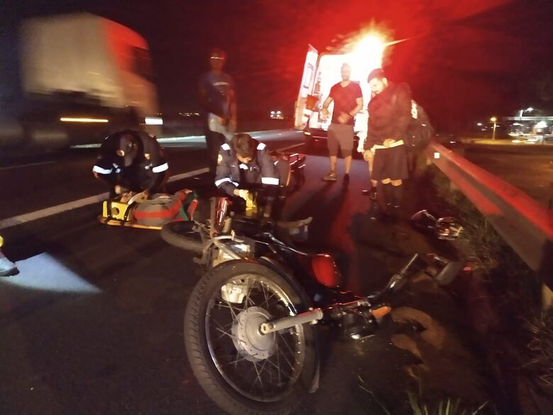 Pneu de moto estoura e dois ficam feridos na Washington Luís - Crédito: Luciano Lopes