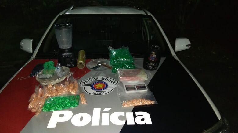 Trio é flagrado embalando drogas em casa; dois menores de idade - Crédito: Luciano Lopes