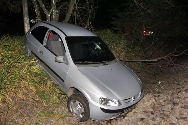 Carro cai em barranco após ser fechado em rodovia - Crédito: Marco Lúcio