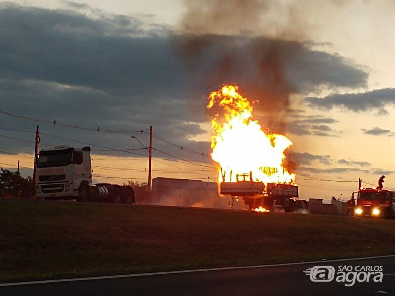 Carreta pega fogo e causa congestionamento na Washington Luiz - Crédito: Luciano Lopes