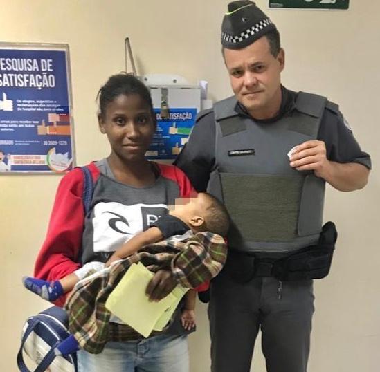 Policial militar ajuda mãe a salvar bebê engasgado -
