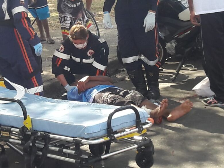 Adolescente sofre corte profundo na perna após queda de moto - Crédito: Maycon Maximino