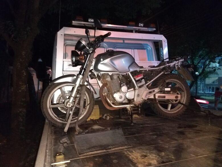 PM apreende moto furtada; adolescente alega tê-la comprado - Crédito: Luciano Lopes