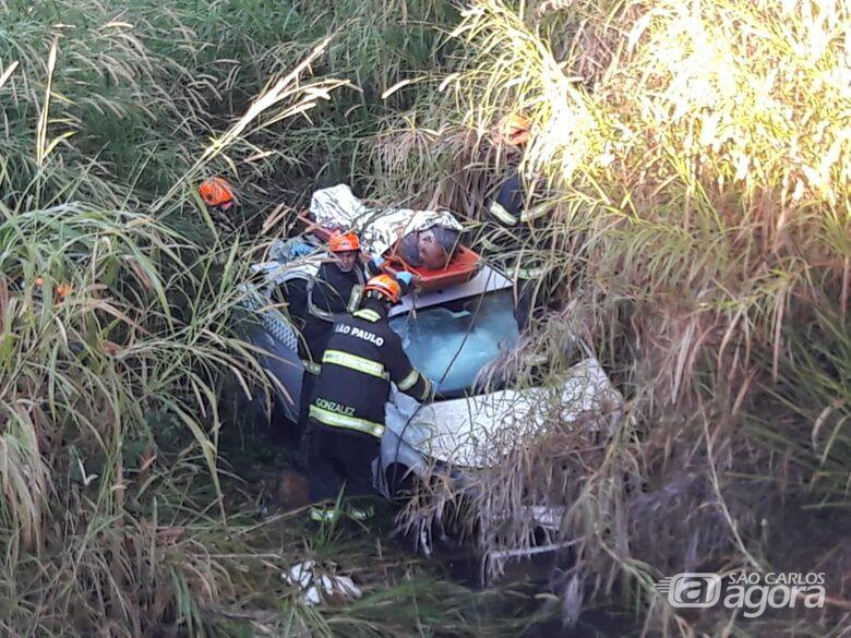 Taxista é resgatado 12 horas após capotar carro na Washington Luís - Crédito: Maycon Maximino
