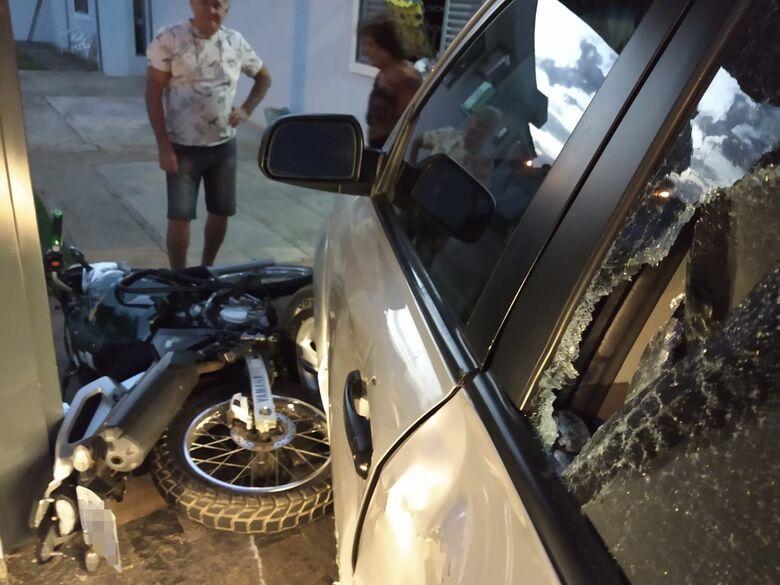 Motociclista bate em veículo que entrava em garagem de residência - Crédito: Luciano Lopes