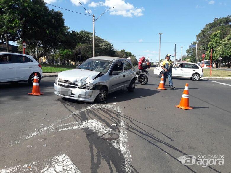 Carros colidem na Avenida Trabalhador São-carlense - Crédito: Maycon Maximino