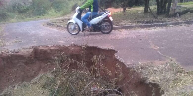Ponte no Aracy continua abandonada e coloca em risco os usuários - Crédito: Divulgação