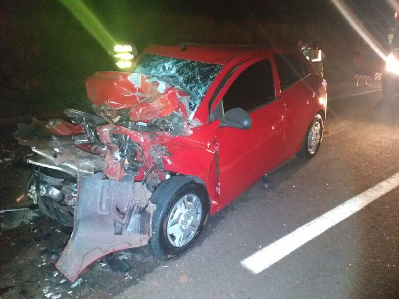 Ônix fica destruído após colisão traseira na SP-318 - Crédito: SCA