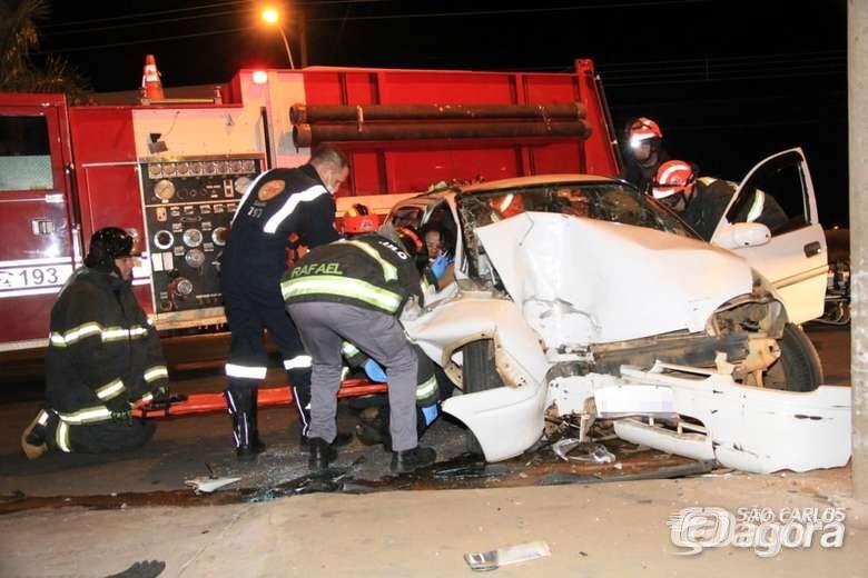 Duas mulheres ficam feridas após carro colidir em poste na Getúlio Vargas - Crédito: Marco Lúcio
