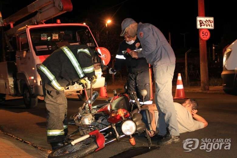 Motociclista cai de moto ao desviar de gato e se fere com gravidade - Crédito: Marco Lúcio