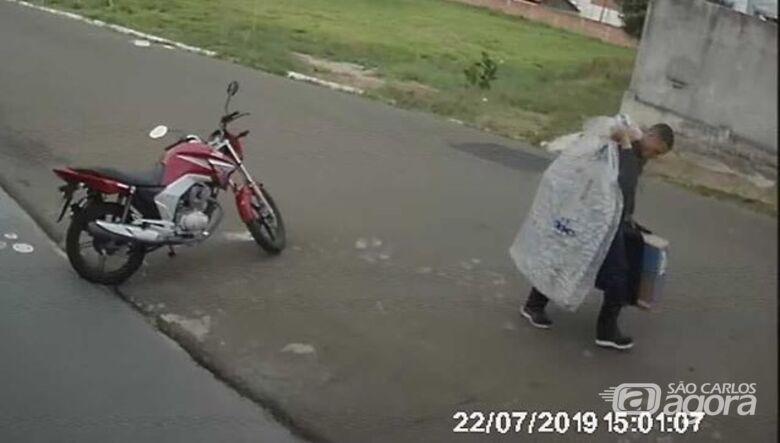 Câmera flagra ladrão levando televisores após furto no Ricetti - Crédito: Reprodução