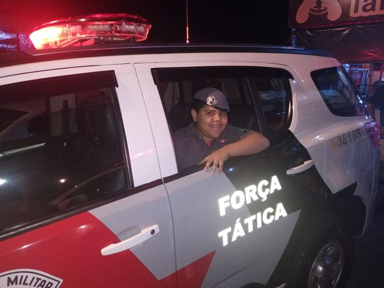 Policiais militares fazem a festa do pequeno Davi, de apenas 9 anos - Crédito: Divulgação