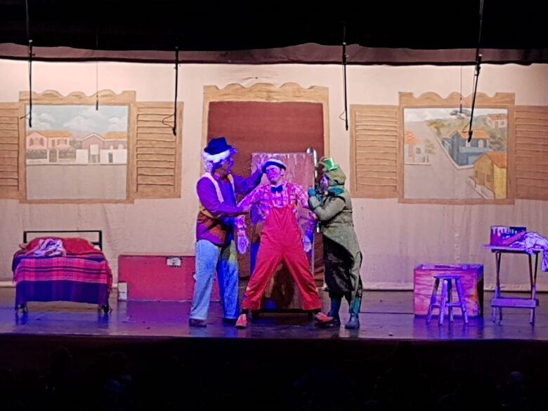 Alunos da rede municipal de ensino de Ibaté participam de programação especial no Circo de Teatro Tubinho - Crédito: Divulgação