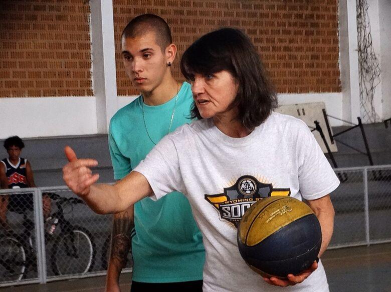 Ex-atleta e agora professora, Márcia Arana ensina basquete para futuros talentos são-carlenses - Crédito: Marcos Escrivani