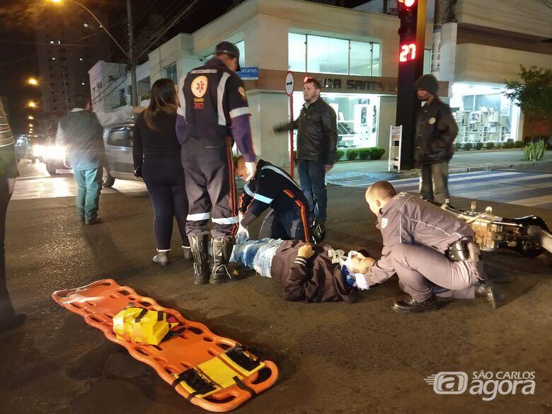 Motociclista tenta ultrapassagem, bate na traseira de veículo e sofre acidente no Centro - Crédito: Luciano Lopes/São Carlos Agora