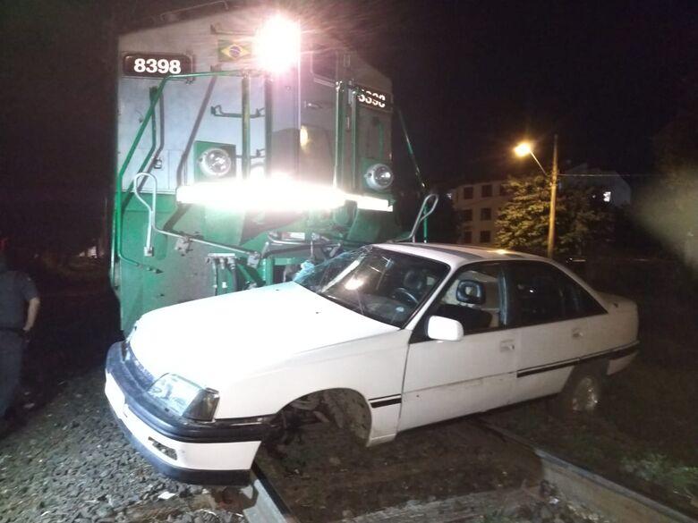 Carro é atingido por trem no CDHU - Crédito: Luciano Lopes/São Carlos Agora