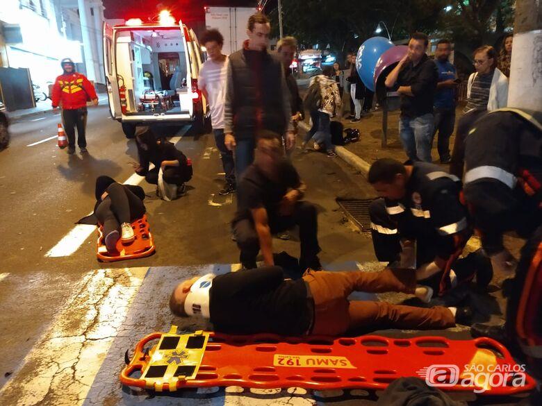 Moto e caminhão colidem em cruzamento do Centro - Crédito: Luciano Lopes/São Carlos Agora