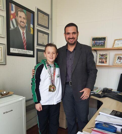 Julio Cesar recebe Kalyel Vitturi em seu gabinete e destaca importância do esporte para os jovens - Crédito: Divulgação
