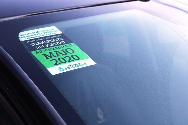 Prefeitura inicia entrega dos selos de identificação aos motoristas de aplicativos cadastrados -