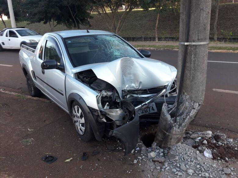 Motorista sofre mal súbito e carro arrebenta poste na Comendador Alfredo Maffei - Crédito: Maycon Maximino