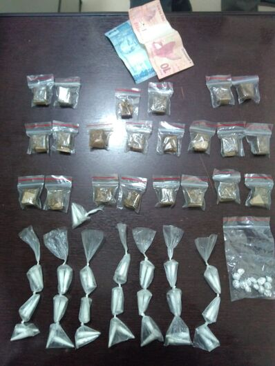 Acusado de tráfico é flagrado com maconha, crack e cocaína - Crédito: Divulgação