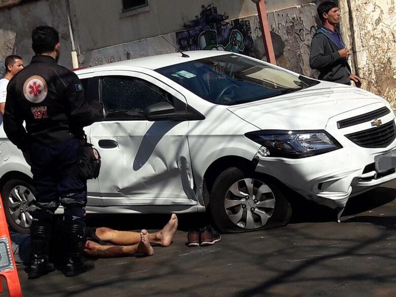 Motociclista colide em carro e em ônibus no centro - Crédito: Maycon Maximino
