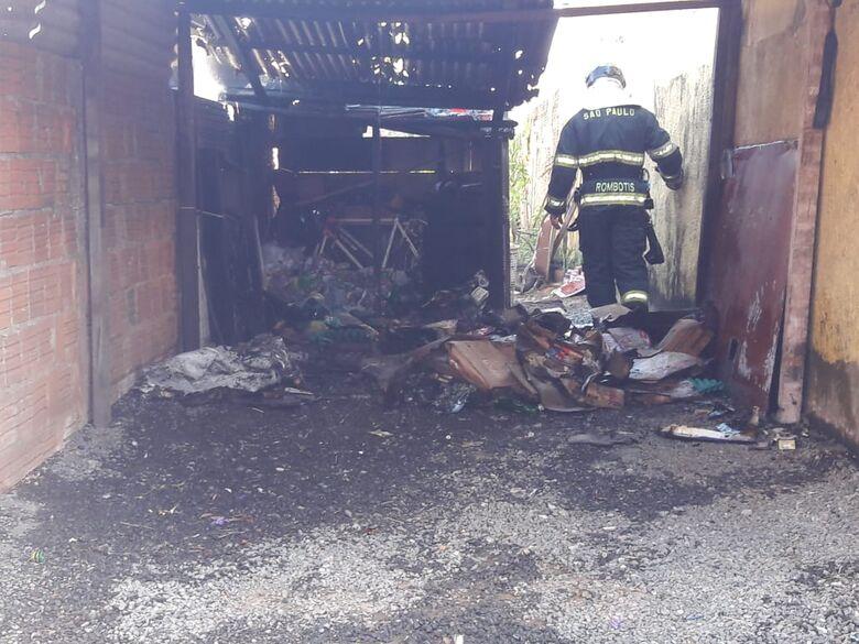 Incêndio 'devora' garagem no Jockey Club - Crédito: Maycon Maximino