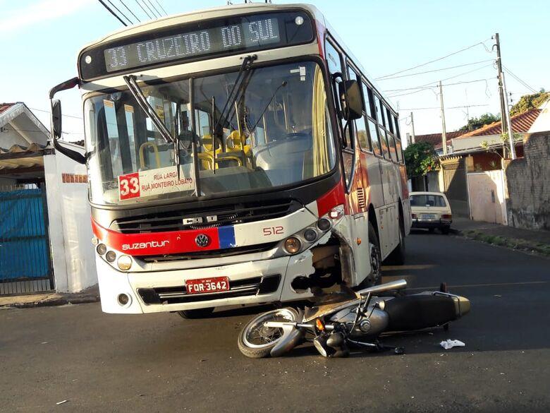 Motociclista não respeita sinalização e provoca acidente na Vila Jacobucci - Crédito: Maycon Maximino