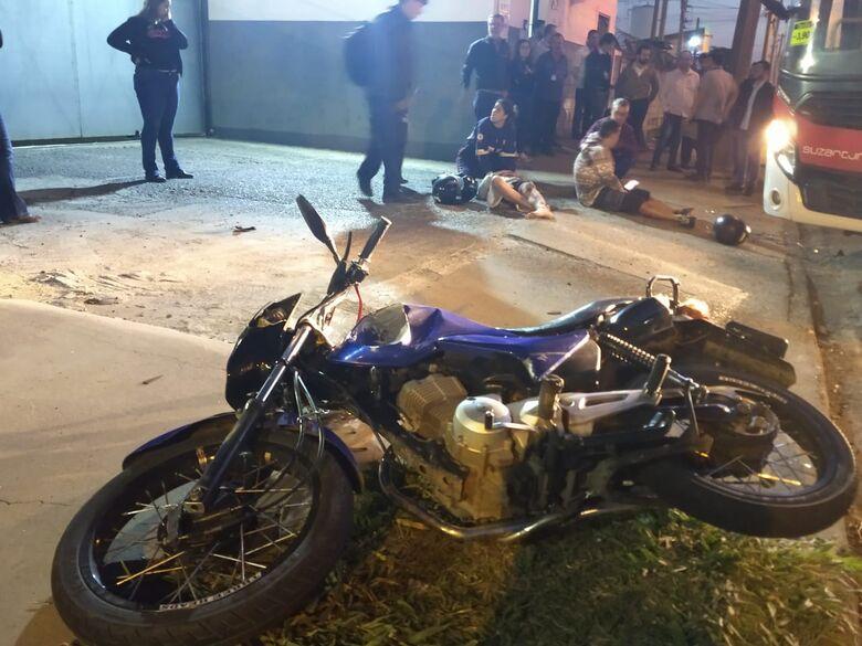 Colisão entre moto e ônibus durante ultrapassagem deixa dois jovens feridos - Crédito: Luciano Lopes