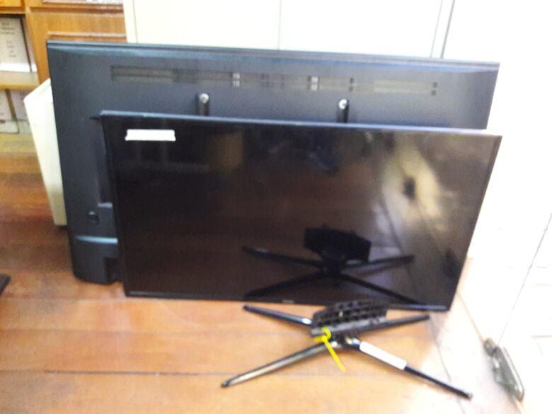 PM apreende duas TVs e um notebook de origem suspeita - Crédito: Maycon Maximino