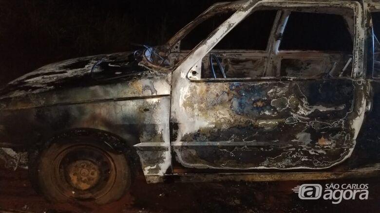 Corpo é encontrado carbonizado em porta-malas de carro, no meio do canavial - Crédito: Descalvado Agora