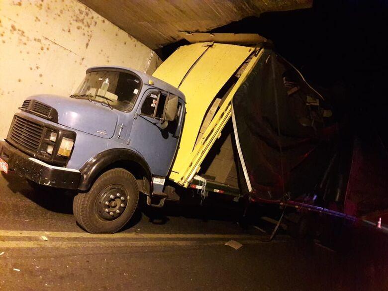 Caminhão fica danificado após entalar em pontilhão do São Carlos 8 - Crédito: São Carlos Agora