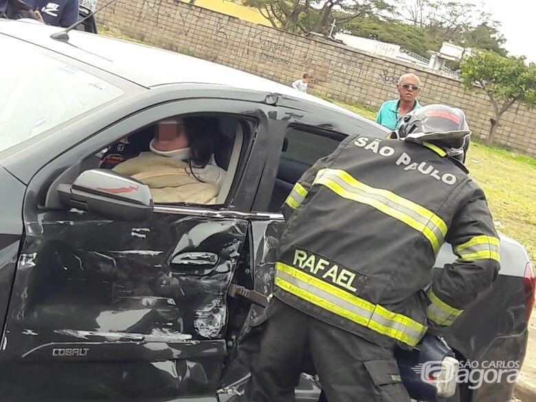 Após colisão, ônibus arrasta carro no Jardim Beatriz - Crédito: Maycon Maximino
