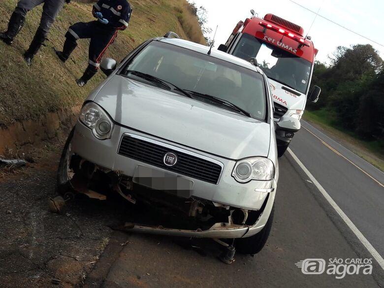 Motorista faz manobra brusca para evitar colisão e carro capota na SP-215 - Crédito: Maycon Maximino