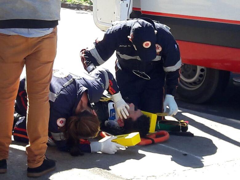 Motociclista bate cabeça em ponto de ônibus após cair de moto - Crédito: Maycon Maximino