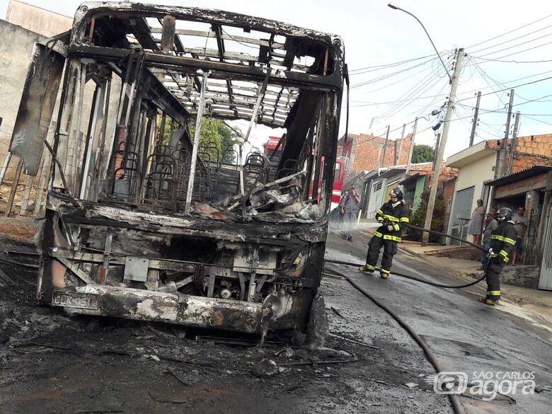 Incêndio destrói ônibus no Cidade Aracy - Crédito: Maycon Maximino