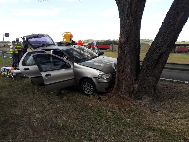 Mulher perde controle e carro colide em árvore em alça de acesso na SP-310 - Crédito: Maycon Maximino