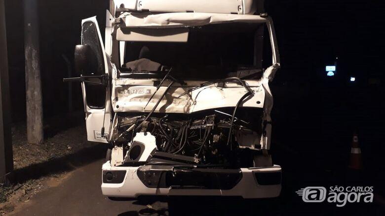 Colisão traseira entre caminhões deixa motorista em estado grave - Crédito: Colaborador/SCA