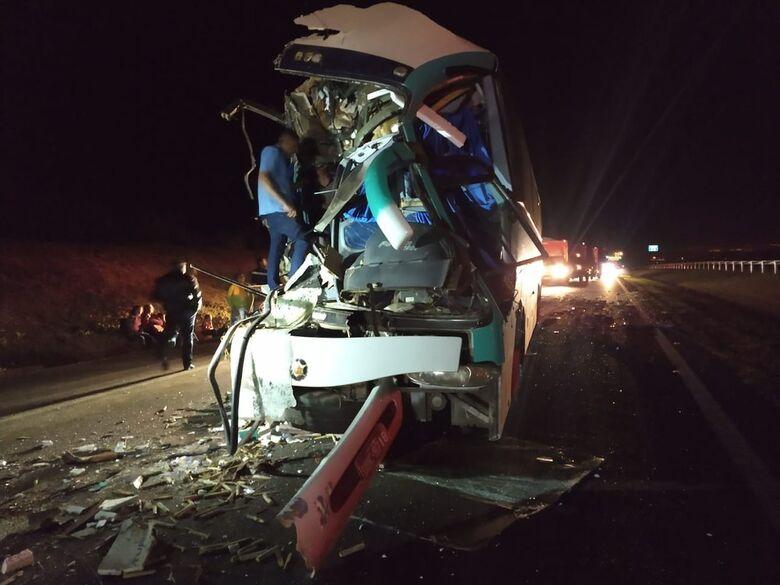 Ônibus de sacoleiros se envolve em grave acidente em rodovia da região - Crédito: PMRV