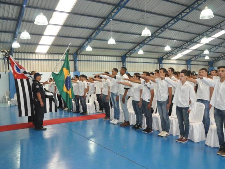 Jovens dispensados dos Serviços Militares juram bandeira em Ibaté - Crédito: Divulgação