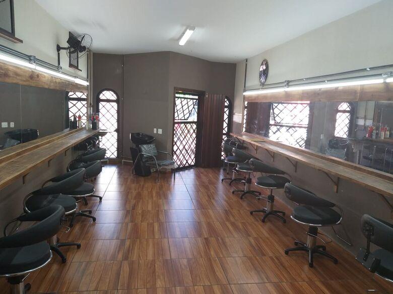 Curso de barbeiro, cabeleireiro e manicure estão com matrículas abertas -