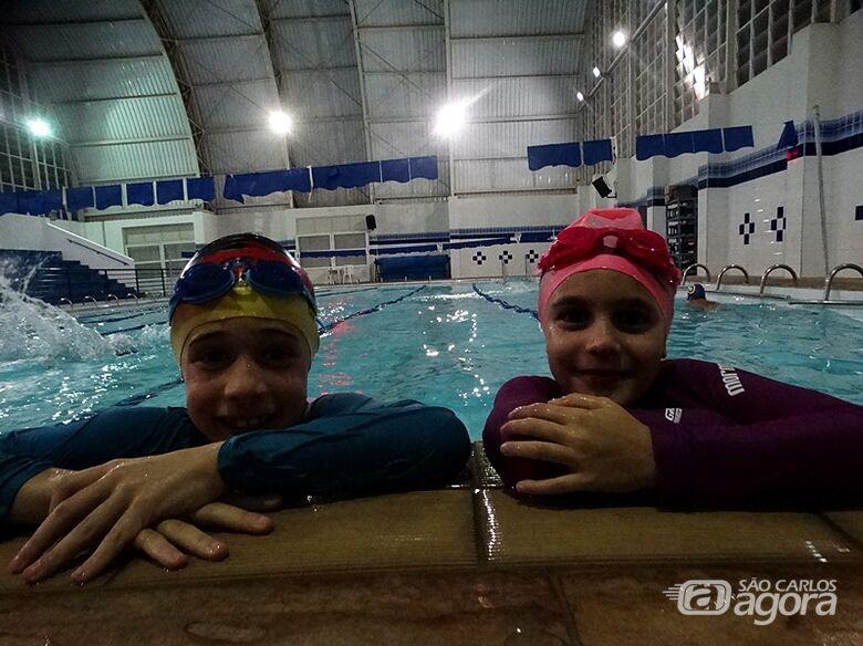 Duda Navarro e Artur Ribeiro são esperanças da nova geração da natação - Crédito: Marcos Escrivani