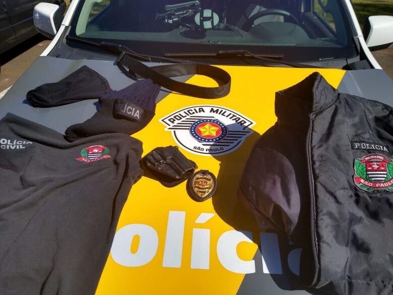 Trio é detido com roupas e distintivo da Polícia Civil em rodovia da região - Crédito: Divulgação/PMRV