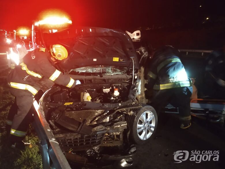Carro atinge traseira de carreta e fere motorista na SP-318 - Crédito: Luciano Lopes/São Carlos Agora